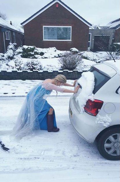 Libérée, délivrée… mais pas question d'échapper à la station-service. Amy Toole, jeune Anglaise de 27 ans, gagne sa vie en animant des fêtes d'enfant, en jouant la comédie et en chantant. Avec ses longs cheveux blonds et ses grands yeux bleus, elle ressemble en effet à l'inégalable Elsa, la Reine des Neiges du dessin animé Disney à (très) grand succès.
