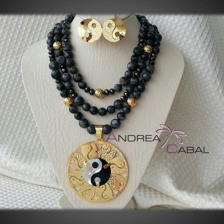 Diseño Andrea Cabal Accesorios MC-020 Yin Yang en nacar y collar Agatas Facetadas.