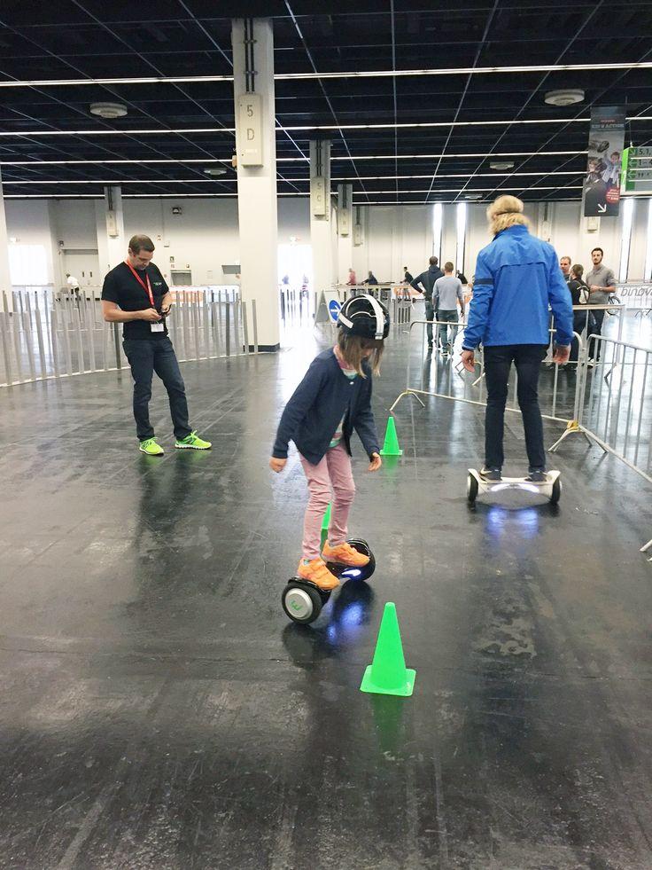 Auch die kleinen Hoverboard-Fans haben sich eine Beamie Testfahrt getraut. Da ist so eine Messe wie die INTERMOT in Köln ein idealer Ort, um ein Gefühl für dafür zu bekommen. So kann man auch gleich Überzeugungsarbeit bei den Eltern leisten...