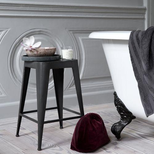 Tabouret en métal daryll propsoé par broste de couleur gris anthracite appelé graphite pour le salon ou la cuisine un air industriel sen dégage