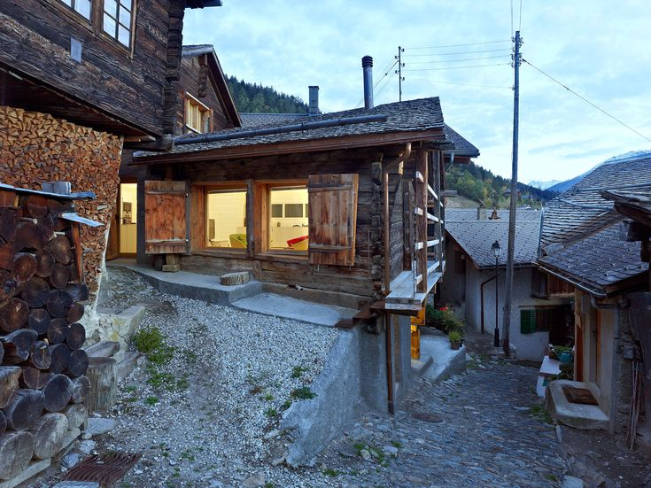 """Malá dedinka Albinen sa nachádza v kantóne Valais vo Švajčiarsku a je typická svojou tradičnou drevenicovou zástavbou. Tmavé, časom poznačené drevené domy zo smrekovca sa tiahnu pozdĺž tradičných dláždených uličiek. Niekto by si možno pomyslel, že v takomto """"bohom zabudnutom"""" kraji sa dá tráviť voľný čas azda len v provizórnych podmienkach, aké poskytujú staré drevenice."""