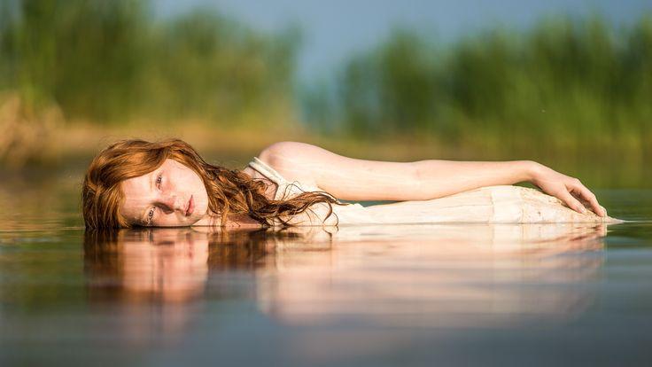 Paulina in the lake - null