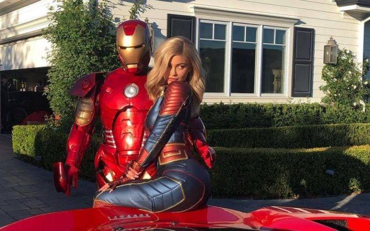 Kylie Jenner Foto Bareng Iron Man Dengan Kostum Captain