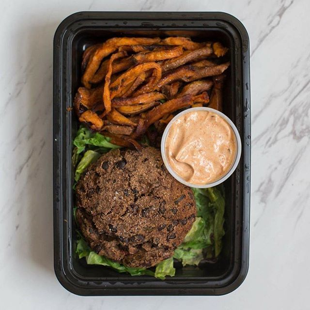 New menu items from @eatcleanbro means I ran from my building lobby to my kitchen the second I received my delivery this evening! I'm talking Olympic qualifying sprints here... This is the Black Bean Burger with Sweet Potato Fries and spicy chipotle aioli dipping sauce and it is a part of the new vegetarian menu! These sweet potato fries are heavenly so I'm thankful I ordered 3 of these dishes 🙌. It is 1 F/52 C/13 P. I struggle hitting my carb macros without the help of popcorn so I'm…