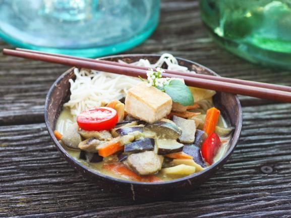 """Das vegane Küche nicht eintönig sein muss, beweisen Nadine und Jörg auf ihrem Foodblog """"Eat-This"""". Das vegane Curry gefällt uns besonders gut. http://www.fuersie.de/kochen/foodblogger/artikel/geschmorte-auberginen-in-szechuan-pfeffer-curry-rezept"""