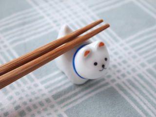 背中で 懸命に 箸を背負う姿が、健気で愛らしいのです。/ 和雑貨屋・犬 箸置き