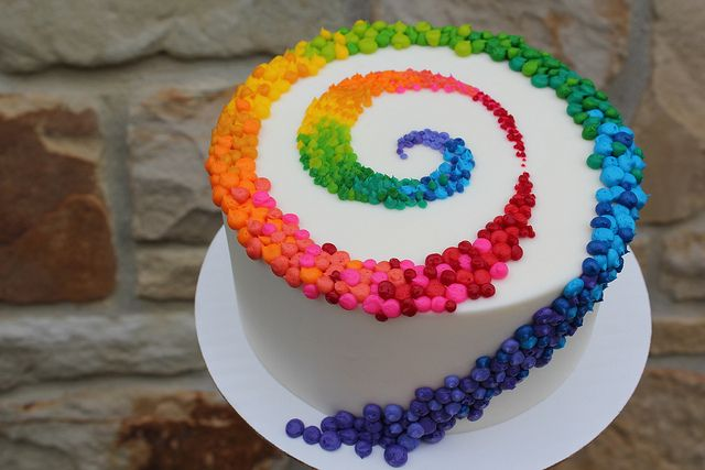 rainbow swirl of dots - this would be cool as a follow the yellow brick road Wizard of Oz cake