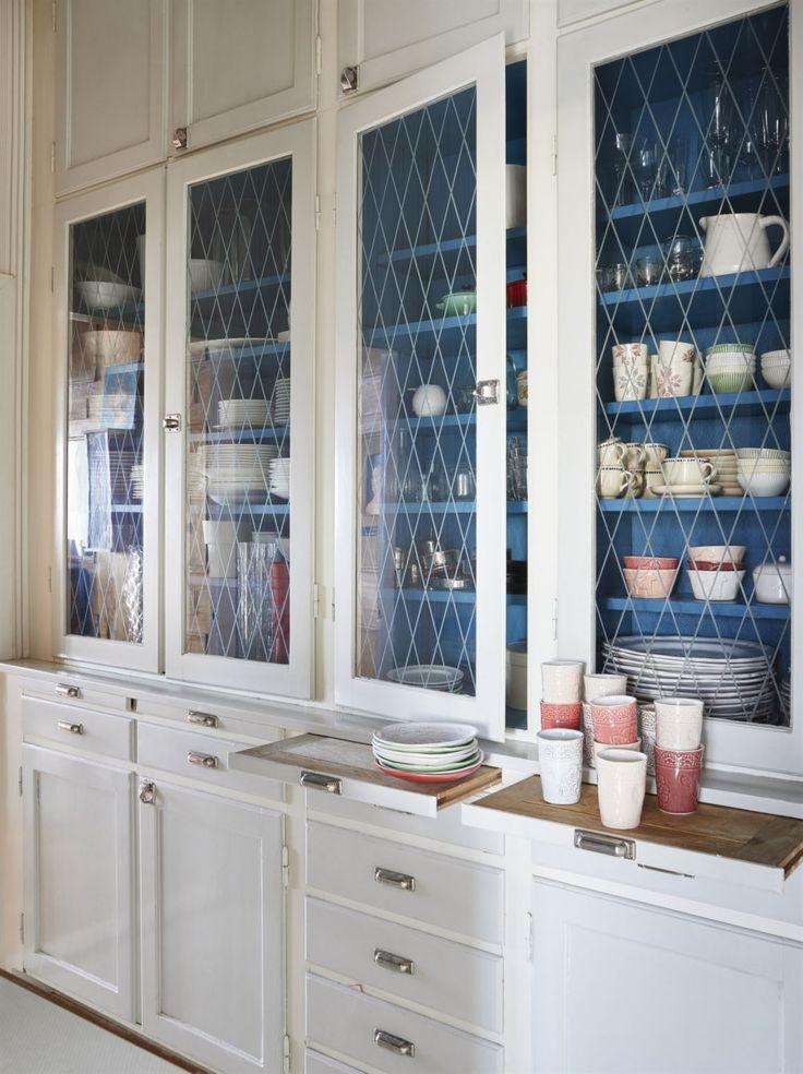 Från förr. Att ha en serveringsgång med skåp som rymmer allt från porslin och glas till dukar och vaser är en lyx. Allt är i original.