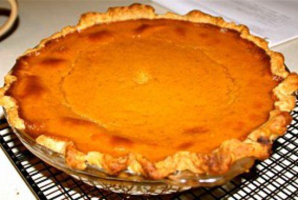 Yum, pompoen is heerlijk! En wat een groot voordeel is, is dat de pompoen ook nog eens super veelzijdig is. In een stoofschotel, als soep, maar pompoen is ook heerlijk als zoetigheid. Vandaar vandaag een receptje voor een heerlijke pompoentaart naar origineel Amerikaans recept. Deze pumpkin pie is heerlijk om te serveren bij de koffie/thee, maar ook heerlijke als dessert met een toefje slagroom. Klinkt goed toch? Aan de slag dus. Enjoy!