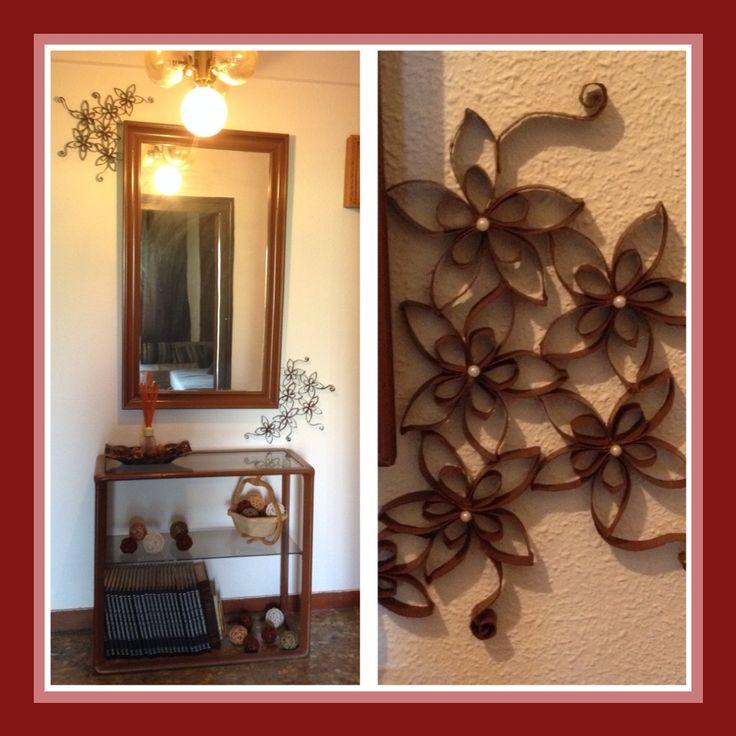 Flores echas con rollos de papel higienico, a modo de marco para este espejo / DIY by Luz Arias
