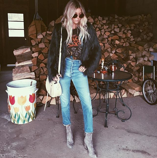 Who needs a hipster wall or paradise in the background when you have a garage for a photo opp.. This was my fave outfit from being in NY. Tap for deets!
