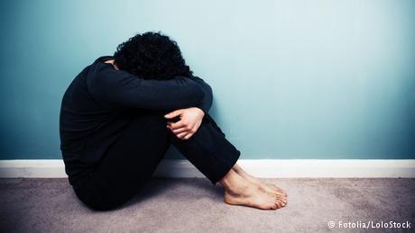 Depression ist eine Krankheit. Die Betroffenen leiden an Hoffnungslosigkeit und können kaum schlafen. Auch verlieren sie oft ihre sozialen Kontakte. Denn ihr Verhalten können viele Menschen nicht verstehen.