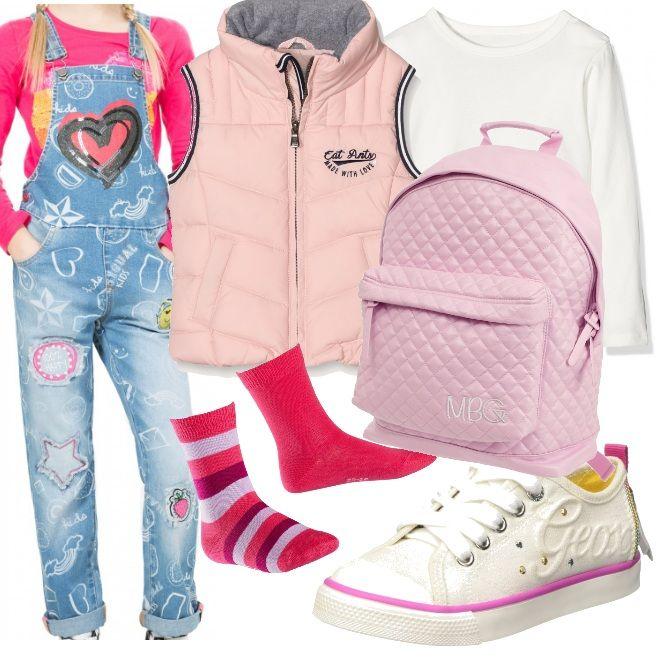 Look simpatico e colorato per la scuola, una gita con gli amici o a spasso con la mamma. L'outfit si compone di salopette in jeans con inserti colorati in bianco e rosa che sono i colori ritrovati nel resto dell'abbigliamento.
