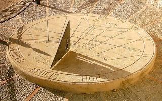 Amicis Hora: didáctico reloj de sol en Hita.