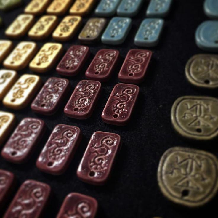 Apliques en cerámica de nuestra cultura precolombina . #1111estudio #gaudcas #diseñofino #cerámica #sellosenceramica #apliquesenceramica