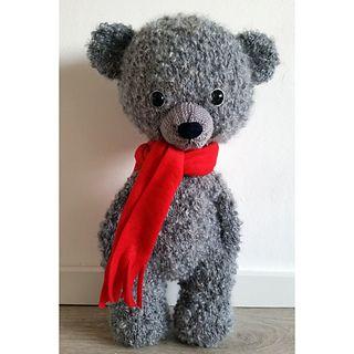 Deze beer is groot en super zacht. Als je hem, zoals het patroon, maakt met Drops Puddel en naald nr. 6 dan wordt hij 48 cm lang.
