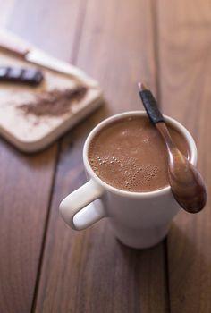 Le chocolat chaud à la française est la boisson chocolatée de notre enfance. Fait à base d'eau, la recette est très chocolatée, bien plus qu'avec du lait !