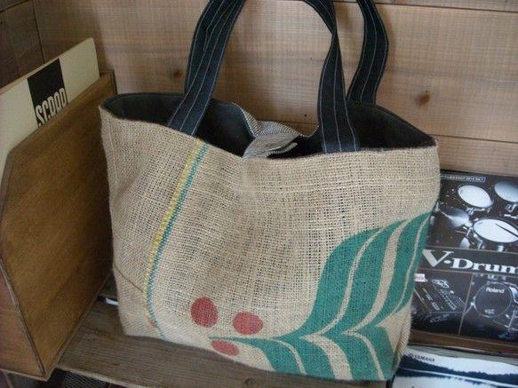 コーヒー豆の麻袋をポイントにデニム、コットンなど異なる素材をパッチワークで仕上げた存在感のあるバッグです。とても大きいサイズなのでカバンの中身が迷子にならない...|ハンドメイド、手作り、手仕事品の通販・販売・購入ならCreema。