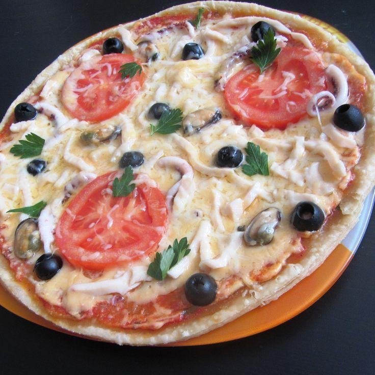 Пицца с томатами, кальмарами и креветками