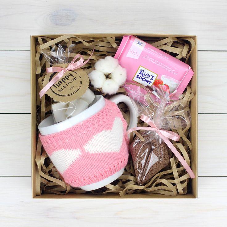 Большая порция вкусного какао в кружке с вязаным чехлом, расскажет о Вашей большой и теплой любви!