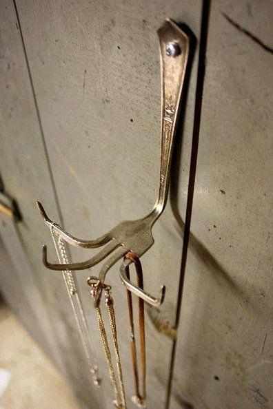 Omas alte Gabel könnte man auch zu einem dekorativen Schmuck-Display upcyclen! …