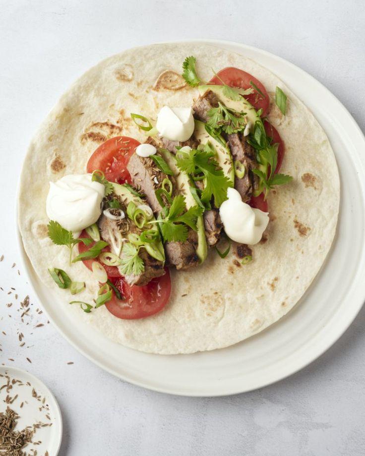Fajita's zijn Mexicaanse tortilla's, gevuld met lekkere ingrediënten. Zoals hier, met pittige gemarineerde steak die wordt gegaard op de barbecue, heerlijk!