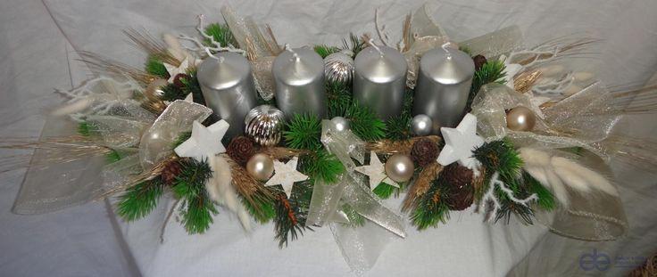 Vánoční dekorace adventní šála na stůl stříbrná / bílá / hnědá x 4 svíčky stříbrné - Umělé květiny, vánoční ozdoby, dekorace, svíčky