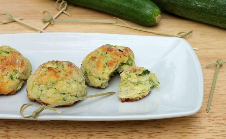 Le frittelle di zucchine sono un finger food squisito e veloce. In meno di 30 minuti si preparano, si cuociono e si mangiano. Senza lievito, morbidissime.