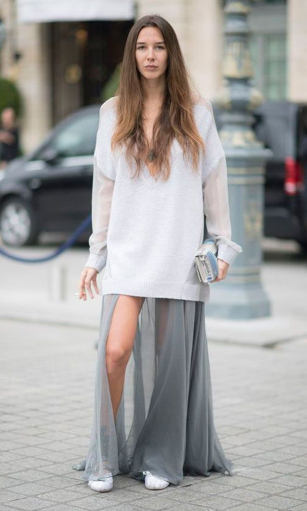 Street style look com maxi suéter, vestido e sapatilha.
