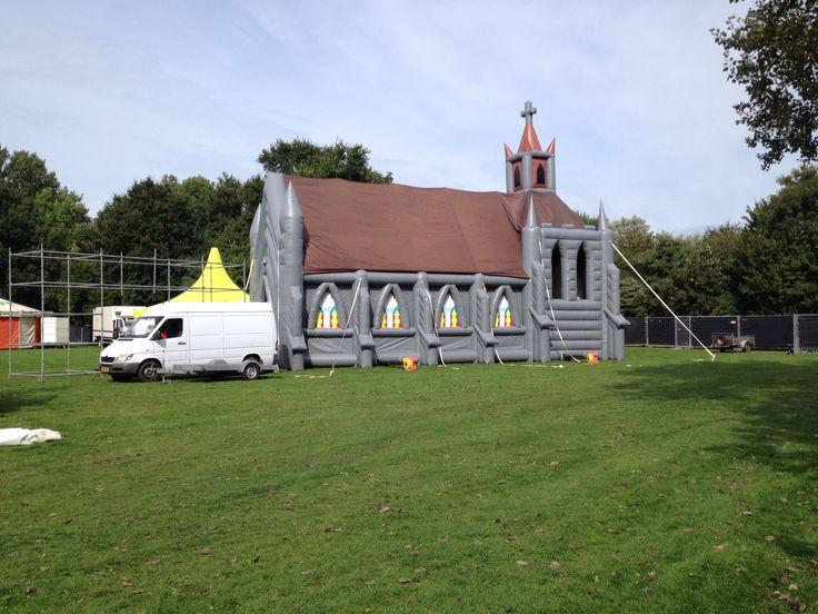 """De #BlowUpChurch staat opgebouwd in Den Helder voor het """"Last Minute Summer Event""""."""