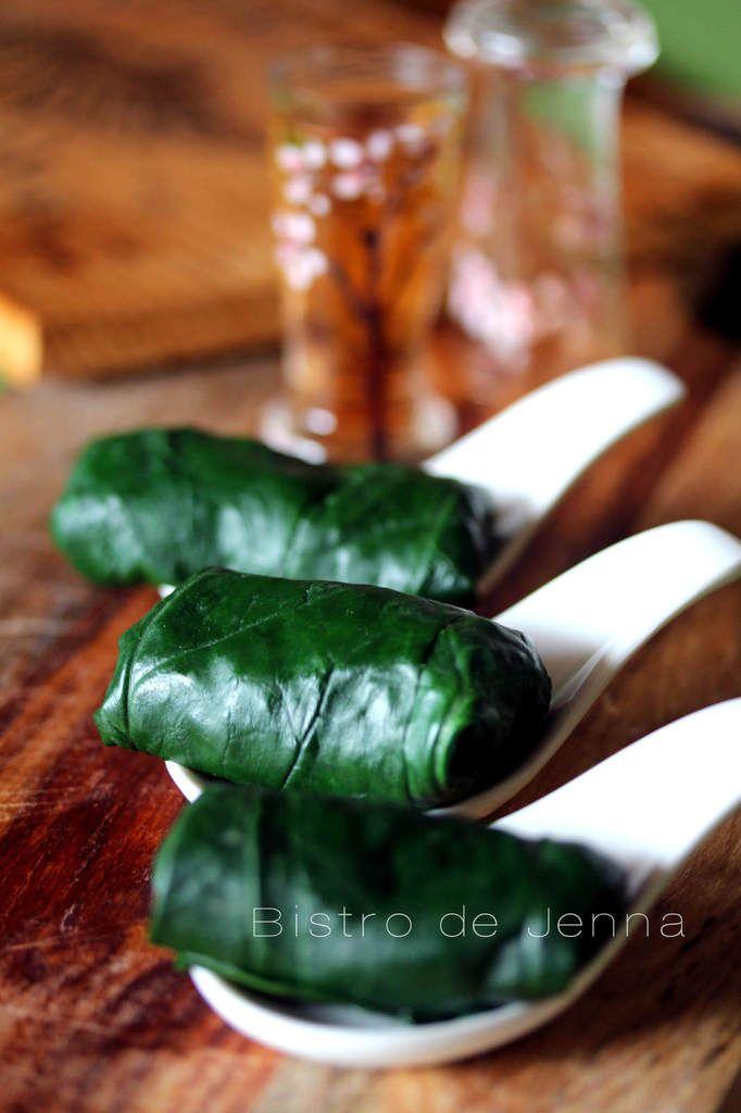Feuilles d'épinard farcies (vége) Ingrédients :  32 feuilles d'épinard     1 verre de boulgour     poignée de raisin sec     1 grosse carotte     2 branches de céleri     1/2 oignon rouge     l'huile d'olive     sauce soja     fleur de sel et poivre du moulin