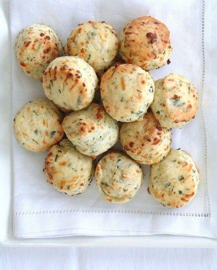 (Por Mi casa en el mar)           Estos scons livianos y esponjosos son la gloria cuando recién salen del horno. Solos, con un poco de ques...