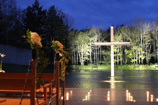 森と空、静寂のアプローチを歩くと、水に囲まれた教会が現れます。 どこを切り取っても美しい景観。 自然に佇む「水の教会」 #ウェディング #教会 #結婚式 #北海道 #AneCan
