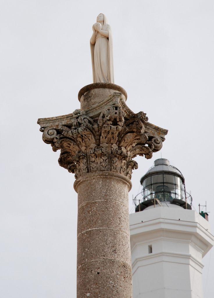 Devant le sanctuaire Santa Maria di Leuca… un obélisque surmonté d'une statue de la vierge et tout à côté, un phare