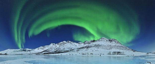Aurora over ice, por Thilo Bubek (Alemanha) - A 30 quilômetros de Tromsø, no norte da Noruega, auroras iluminaram o céu da Ilha Kvaløya numa fria noite de fevereiro a -17ºC: http://abr.io/5rEs