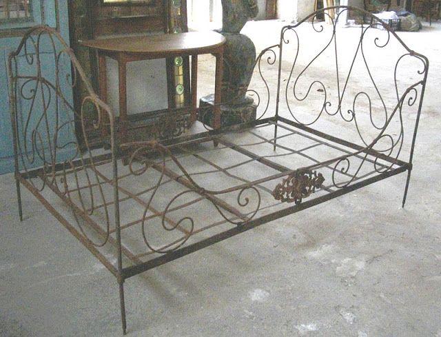 LE VIDE GRENIER DE DIDOU LA BROCANTE: ancien lit en fer forgé banquette art populaire banc mobilier de jardin français