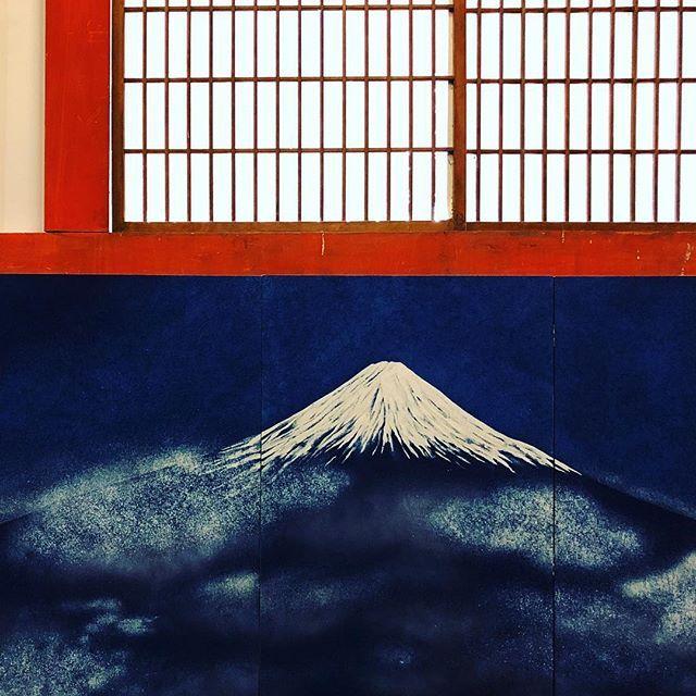 Священный Фудзи-сан в интерьере #Киото #Япония #деним #интерьер #дизайнинтерьера www.midokoro.com