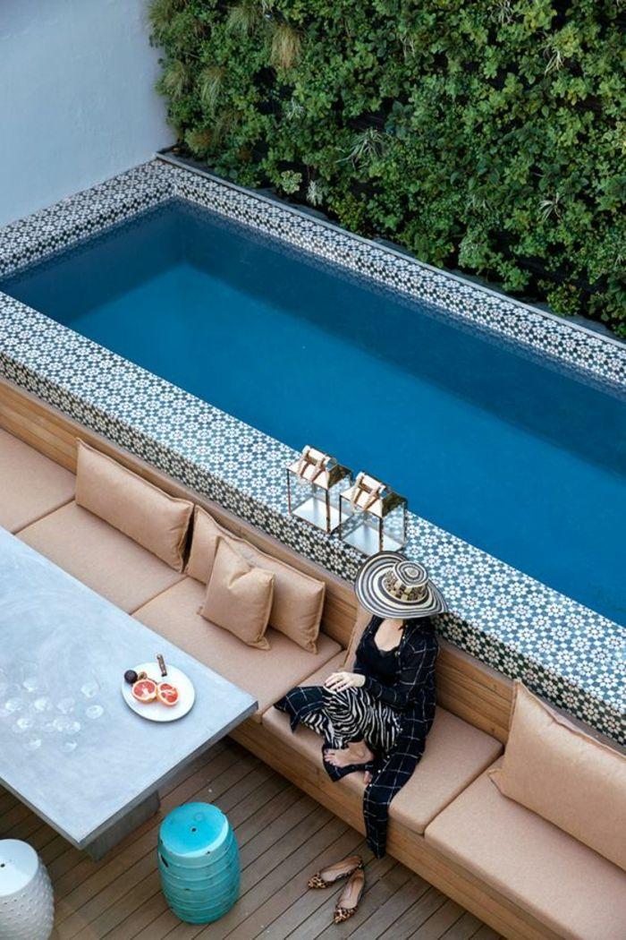 jolie piscine hors sol avec margelle en carreaux décoratifs, contour piscine en carreaux