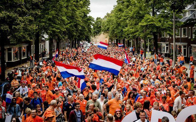 Vaders en dochters juichen voor Oranje Leeuwinnen | Topics.nl