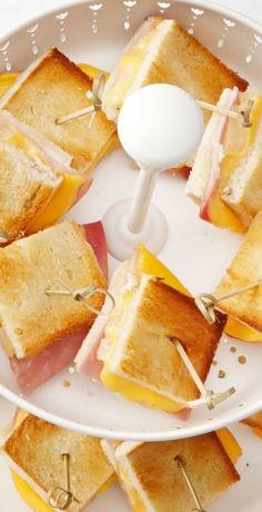 Kleine Häppchen sind immer praktisch, ob zum Picknick, als Snack oder für die nächste Party. Unser REWE Rezept zeigt, wie Sie Toast Hawaii-Türmchen zubereiten » https://www.rewe.de/rezepte/toast-hawaii-tuermchen/