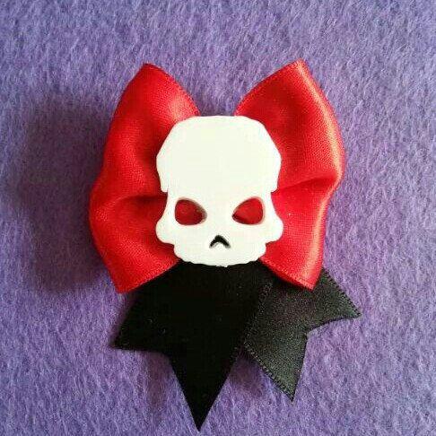 Spilla e molletta realizzata a mano con raso e profilo di un teschio in stile rockabilly horror dark gothic zombie splatter halloween vittoriano pin up