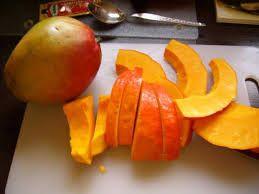 Kürbis-Mango-Smoothie  Zutaten für 3 Kinderportionen:      1 halbe reife, faserarme Mango     100 g Hokkaido-Kürbisfruchtfleisch (ohne Schale und Kerne)     100 g Naturjoghurt     250 ml Buttermilch (entspricht einem halben Becher)     1 Esslöffel Rohrohrzucker oder Ahornsirup  Zubereitung: Mango schälen, Fruchtfleisch vom Stein schneiden und in grobe Stücke schneiden. Kürbisfruchtfleisch gründlich von Fasern befreien und in Stücke schneiden. Alle Zutaten im Mixer fein pürieren.  Extra-Tipp…