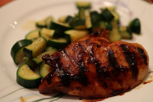 お家でできる手根管症候群の治療法=1日大さじ1杯のアマニ油を2〜4週間続けて摂取する。この油に含まれる脂肪酸は、腫れを予防したり減少させたりしてくれる。ジャガイモ、バナナ、玄米、鶏むね肉など、ビタミンB6の豊富な食べ物を食べる。などなど