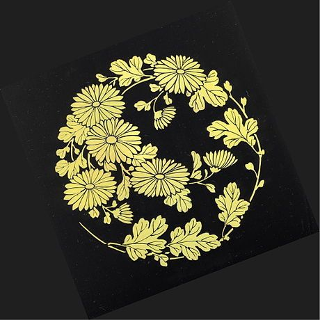 菊の丸文様 漆器の板屏風に描かれた蒔絵の菊