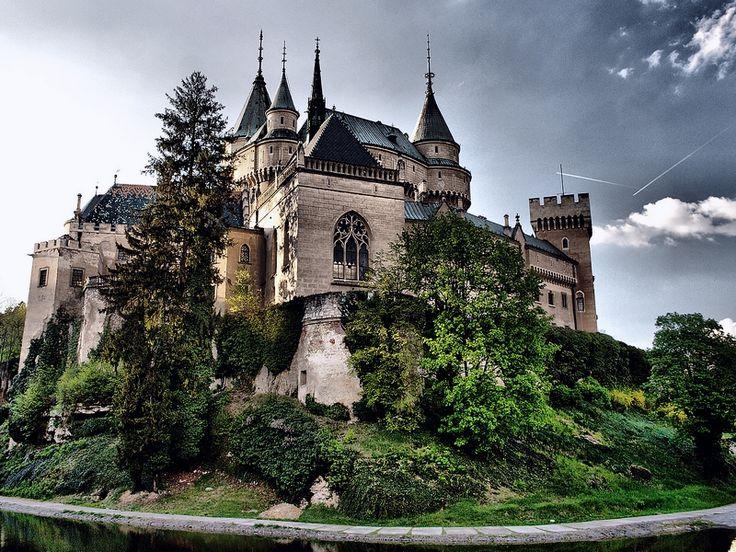 Bojnický zámek Původně dřevěný hrad byl ve 13. století přestavěn na kamenný. Do roku 1321 byl ve vlastnictví Matúše Čáka Trenčianského. V době, kdy byl v držení rodu Thurzovců dostával hrad charakter renesančního zámku. Dnešní podoba je výsledkem rozsáhlé novogotické přestavby z let 1889 - 1910.K zámku Bojnice je vázána pověst o černé paní.