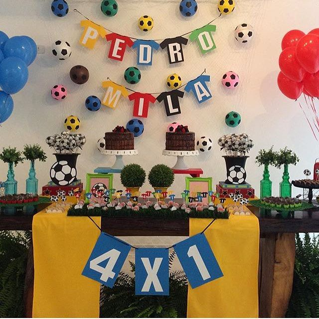 Festa infantil com tema Futebol muito fofa para irmãos de sexos diferentes, por @ap_kidsparty! Ótima idéia o placar mostrando a idade de cada um. ⚽️#kikidsparty