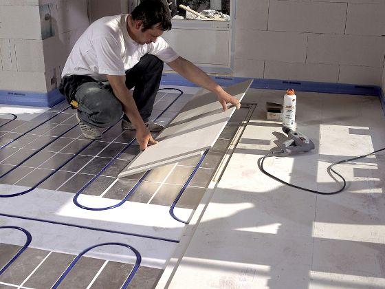 Für die Nachrüstung einer Fußbodenheizung stehen viele Systeme zur Verfügung: Die Vor- und Nachteile von Nass-, Trocken- und Dünnschichtsystemen …
