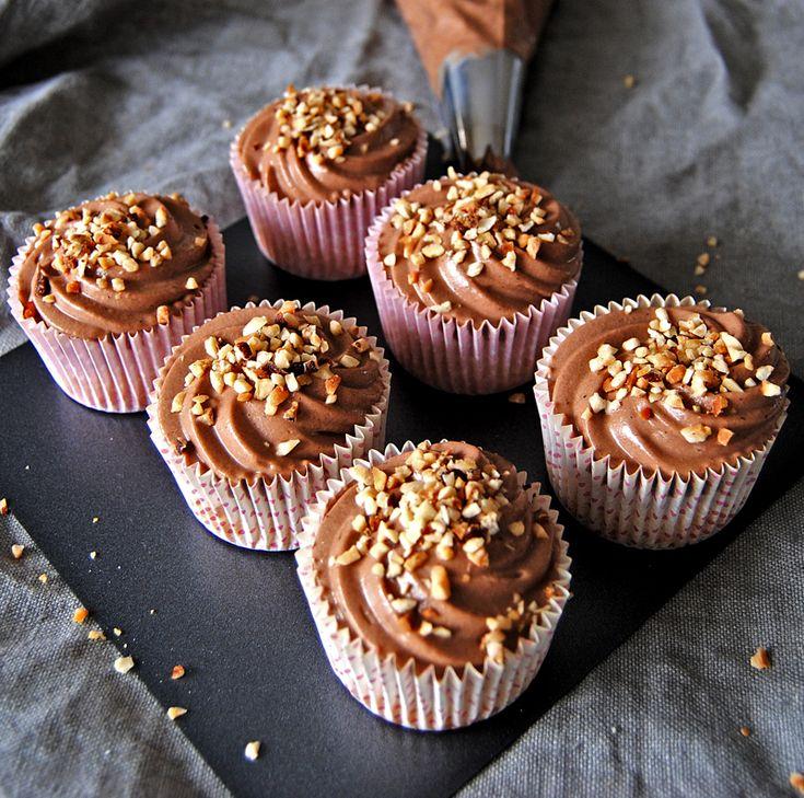 Underbart goda cupcakes med biskvibotten och härligt krämig nutellafrosting toppade med rostade hasselnötter. De här gör definitivt succé hos alla. Bästa tipset för enkla cupcakes.