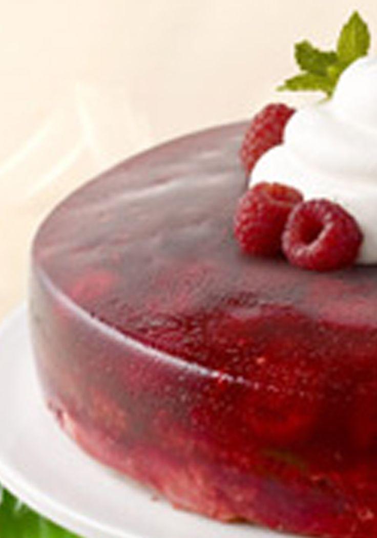 Pastel ángel de frambuesas- Pensarás que este postre cayó del cielo con lo delicioso que es. Las frambuesas agregan frescura a este pastel preparado con gelatina y pastel de ángel.