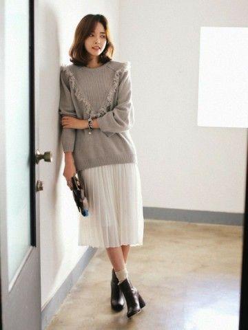 グレーとホワイトの組み合わせはハズレなし。40代アラフォー女性におすすめのチュールプリーツスカートコーデ♪